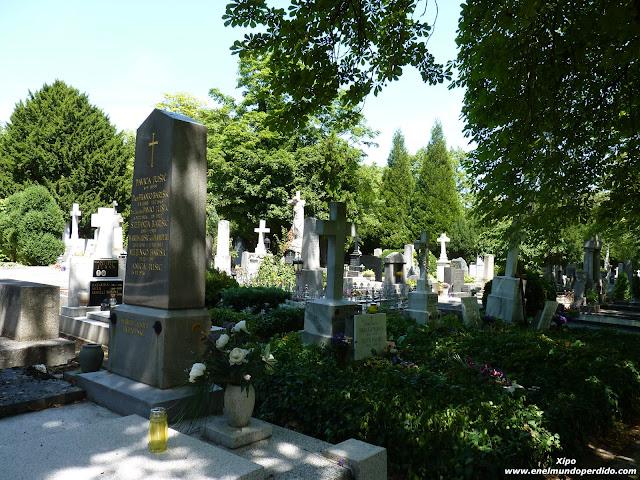Tumbas-cementerio-Mirogoj.JPG