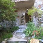 Faux fossile à l'entrée de la caverne aux joyaux d'Ans