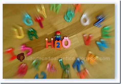 imagem de brinquedos formando H2O