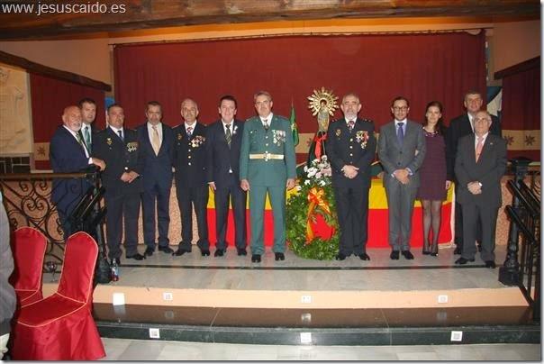 Foto de familia de algunos de los componentes de la Cofradía con las autoridades presentes