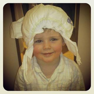 Niño con pañal en la cabeza. Copy: No sólo comen y duermen.