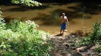 austrainierter Sportler am Fluss
