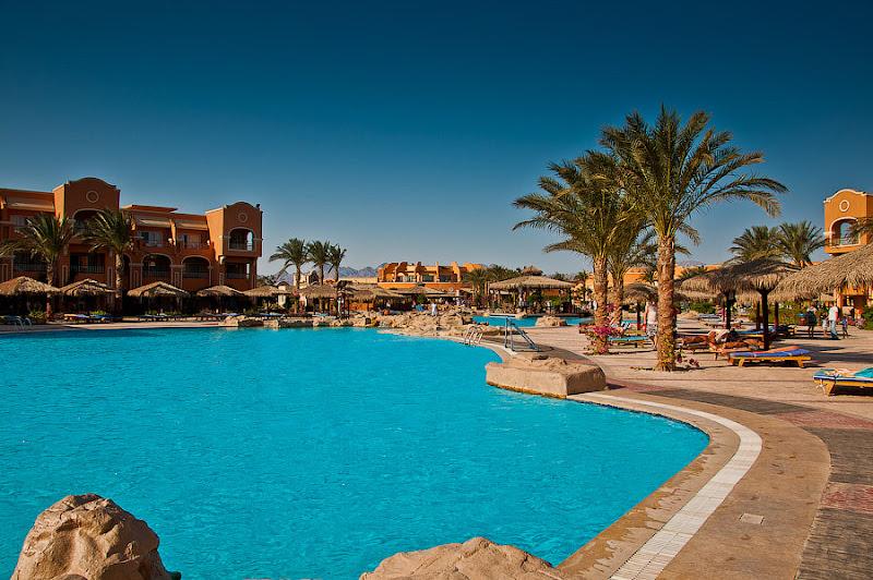 Отель Caribean World Resort Soma Bay. Хургада. Египет. Цепь бассейнов тянется по всей территории почти до главного корпуса. Начинается с детского и заканчивается детским бассейном с аквапарком.