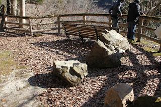 多分落石の跡と朽ちかけの椅子