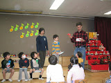 That's me presenting Kai's dinosaur to the class. I had to explain why it was special to Kai, in Japanese (which is why I'm reading it!).