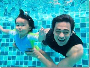 Gambar anak Dr Sheikh Muzaffar Shah belajar berenang bersama bapanya