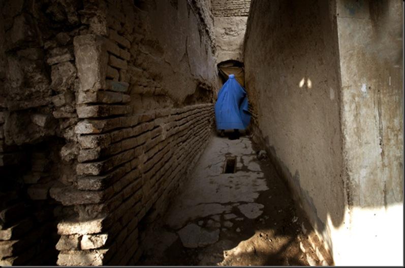 Un fantôme s'enfonce dans une ruelle à Kandahar