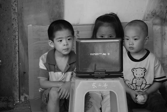Shanghai - Marché poisson - les 3 enfants devant l'écran