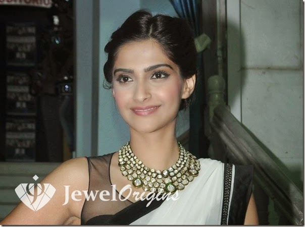 Sonam_Kapoor_Gold_Necklace