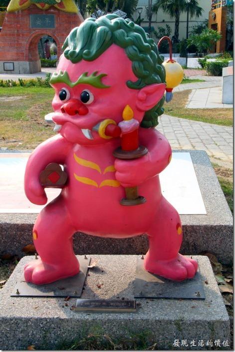 台南-安平劍獅公園-婚喪將軍。粉紅色劍獅-婚喪將軍,代表人物是「劉國軒」,左手持火燭,代表婚,又手夾著棺材,代表喪。