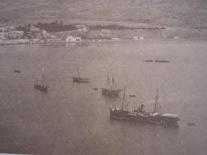 El vapor CAROLINA fondeado en la rada de Mazarrón. Detalle de una gran foto, remitida por Antonio Noguera. Nuestro agradecimiento