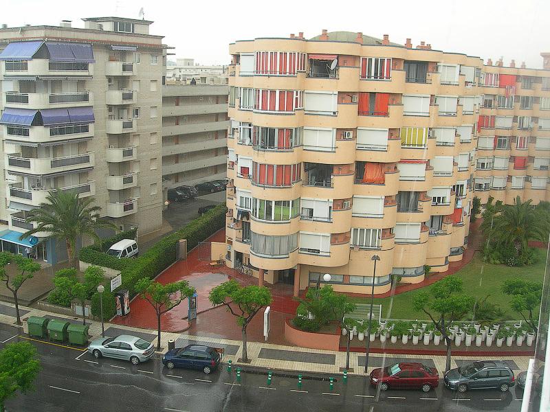 Hotel Terramarina (ex. Carabela Roc). La Pineda. Costa Dorada. Spain. Из лестничных окон открывавается прекрасный вид на соседние дома и кварталы.