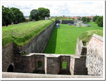A cross fire alley along the walls.