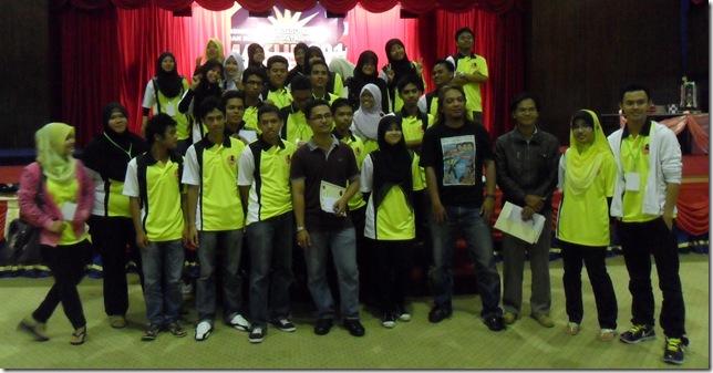 IM Mas Hafizulhelmi with UPSI Chess Club team