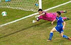 Giovinco empurra a bola para o gol aberto para garantir a vitória da Itália sobre o Japão (Foto: Reuters)