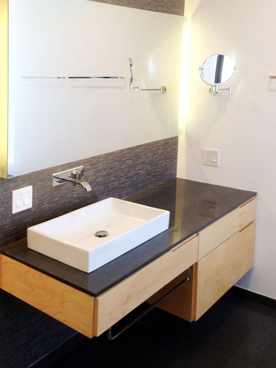 Closet con puertas corredizas madera maple melamina for Puertas de aluminio para bano
