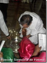 Pe Otaviano lava os pés das crianças, simbolizando o humilde gesto de Jesus com seus discípulos