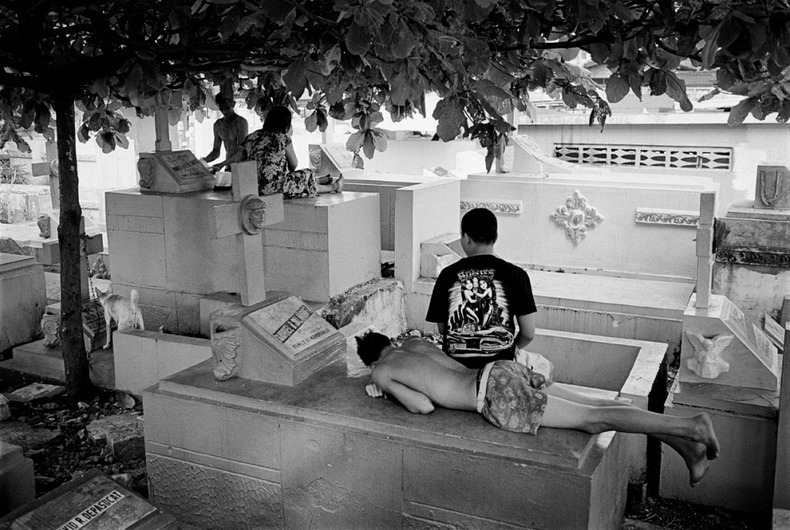 manila-cemetery-17%25255B2%25255D - The Living Residents of Manila's North Cemetery: An Inspiring Pictorial - Weird and Extreme