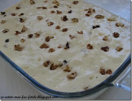 Prajitură cu iaurt şi lămâie - asezam aluatul in tava