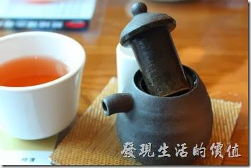 台南-築地壽司。這裡的的陶壺(醬油壺)有點給它可愛耶,壺蓋有個很深的直筒構造,應該是為了防止醬油倒太多、溢出來的設計,還滿貼心的。