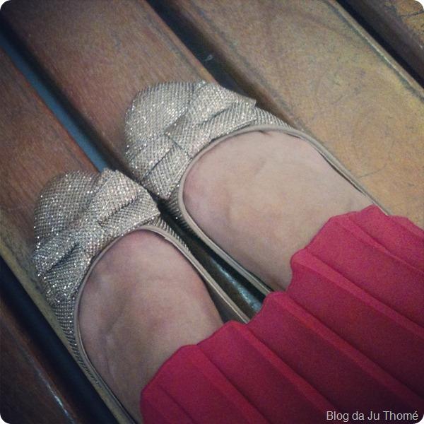 look detalhe sapatilha de glitter e laço