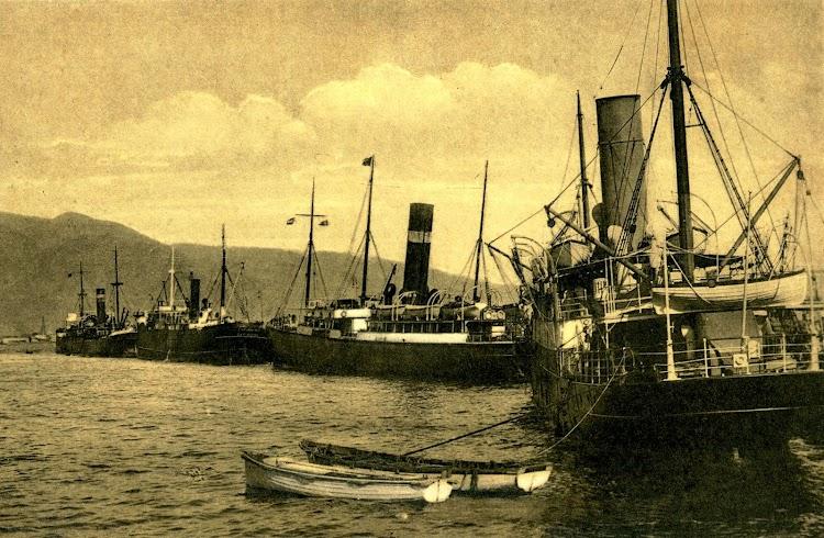 El ATLANTE atracado en Tenerife. En primer plano un correo de Elder-Dempster. Postal..JPG