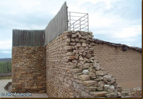 Las Eretas - Muralla y empalizada reconstruida