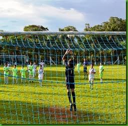 Denis Santos cobra falta, chute forte, seu segundo gol