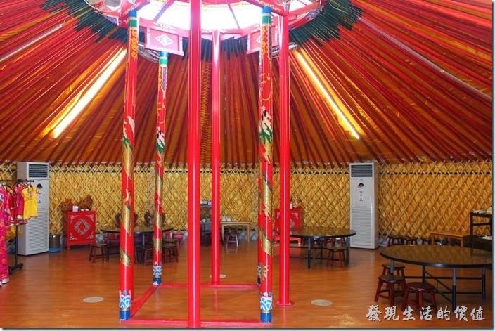 台南-台灣咖啡文化館。這蒙古包大帳內的裝潢比前面的小蒙古包氣派多了,充間還用了四根美侖美奐的柱子支撐,另外還加了三根鐵柱,大概是擔心台灣的颱風吧!