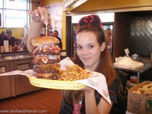 gatas mulheres comendo hamburgers  (7)