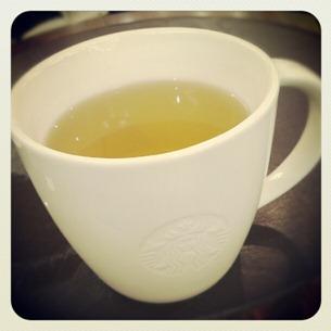 4 Sitze mit Sue bei Starbucks und trinke Tee