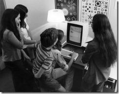 1975: Čtrnáctiletá dívenka předvádí kamarádům na počítači Xerox Alto svou animaci běžících koníčků.