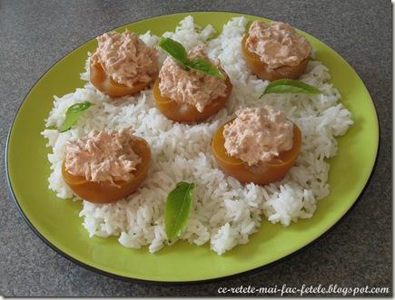 Salată de ton în piersici