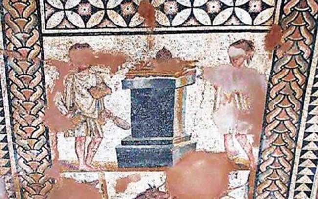 Ψηφιδωτό δάπεδο από τη ρωμαϊκή έπαυλη της Σκάλας Κεφαλονιάς με απεικόνιση παράστασης θυσίας