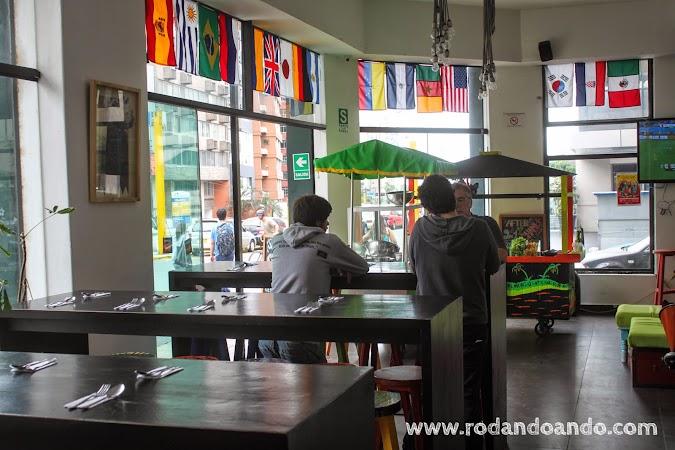 La barra de La Emolientería, con sus banquetas decoradas por artistas plasticos con colores llamativos.