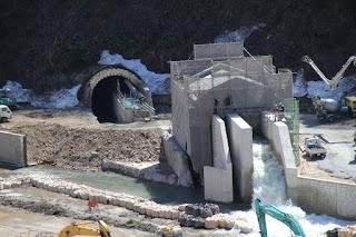 放流ゲート室と仮排水トンネル出口を望む