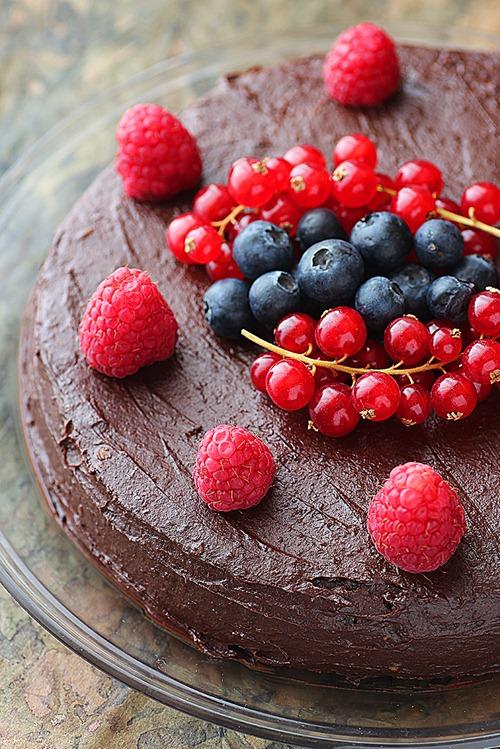 Tort raw vegan cu ciocolata si fructe de padure 1