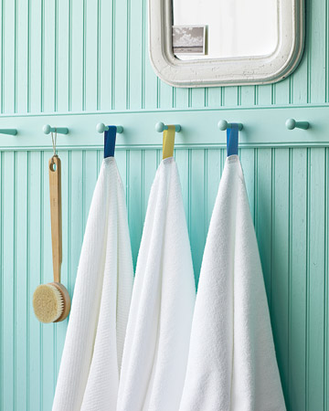 I love this idea of different color tags on towels, everyone will know which towel is theirs.