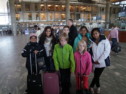 OSL Gardermoen før avgang med SAS til Stavanger.  Fra venstre Armin og Anita Gholami, Odin og Mina Heier (foran), Samuel Riiser, Jarani Suntharalingam og Kimiya Sajjadi.