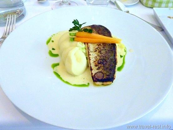 Грилированная белая рыба на подушке из лука порея в сливочном соусе и нежнейшее картофельное пюре