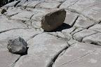 Comme vous vous demandez ce que ces rochers foutent là, laissez moi étaler ma science: ils ont été amenés par les glaciers qui ont taillé les montagnes de granite pour former la vallée actuelle (et ses falaises). Les méga rayures par terre ont été gravées par ces rochers quand ils étaient encore pris dans le glacier qui glissait lentement.