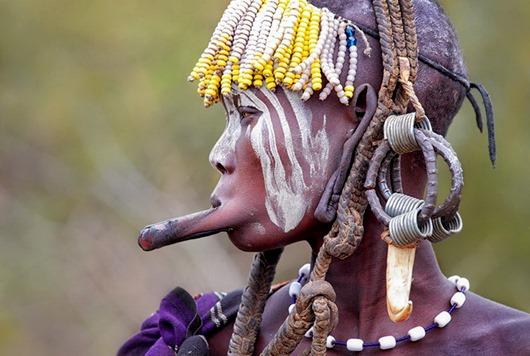 ZHenshhina-plemeni-mursi