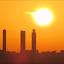 Urraca en la salida del sol en Madrid por las 4 torres de Castellana