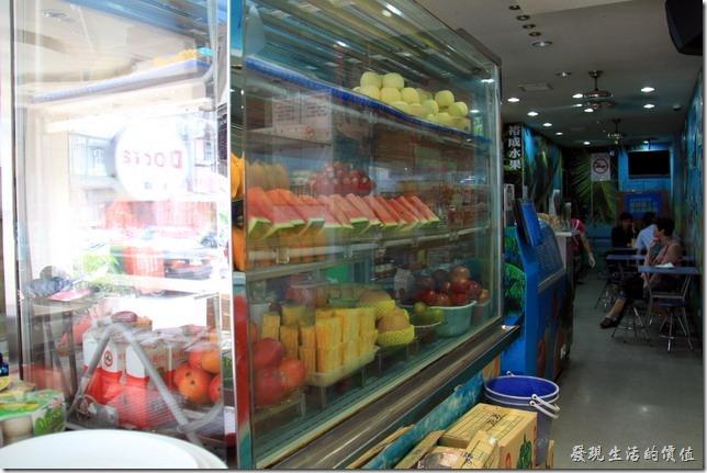 台南-裕成水果店。展示冰櫃內也有各式已經消好皮的水果。