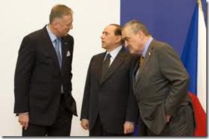 Silvio Berlusconi con Mirek Topolonek (a sinistra) e Karel Schwarzenberg (a destra)