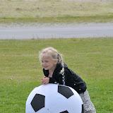 Cecilie og en stor fodbold