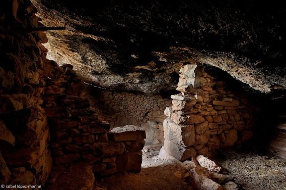 Habitatge temporal construït aprofitant una balma propera  a Colldemònecs, serra la Llena / Montsant, Parc NaturalUlldemolins, Priorat, Tarragona
