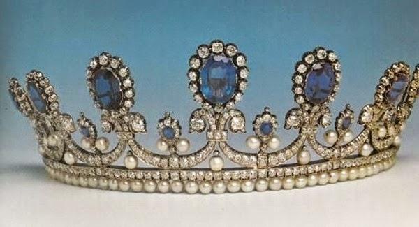 Tiara de zafiros diamantes y perlas de la Reina Maria Amalia de Francia, de su coleccion personal. Diseñado por Bapst. Heredada por la familia hasta que fué adquirida por el Museo del Louvre.[IMG]