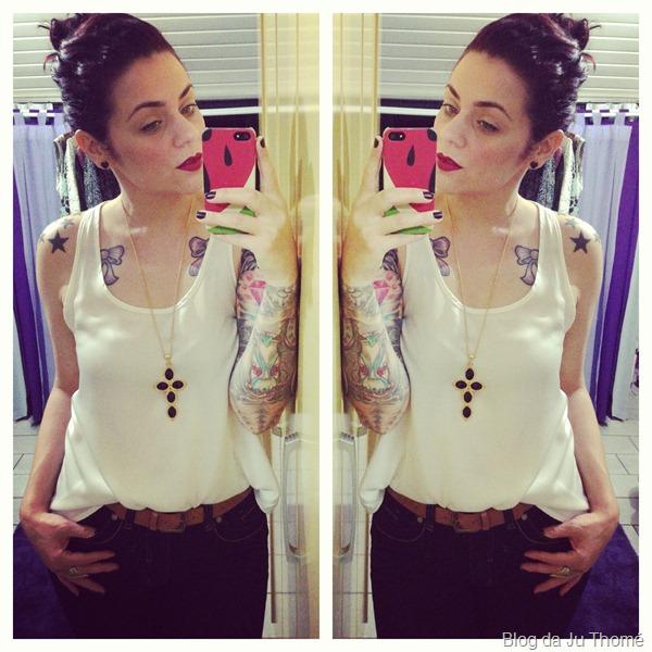 look calça flare escura, blusa branca cetiim e colar de cruz (2)