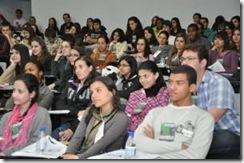 Pessoas sentadas em um auditório
